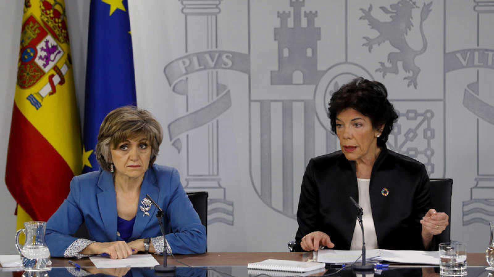 Isabel Celaá, junto a María Luisa Carcedo, tras el Consejo de Ministros