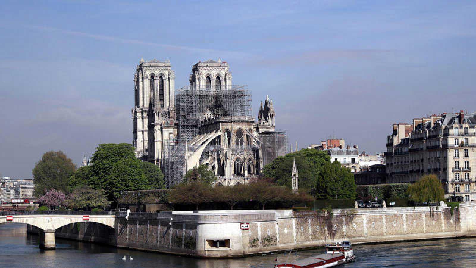 Los bomberos de París temen por la estabilidad del frontón de las fachadas laterales de Notre Dame.