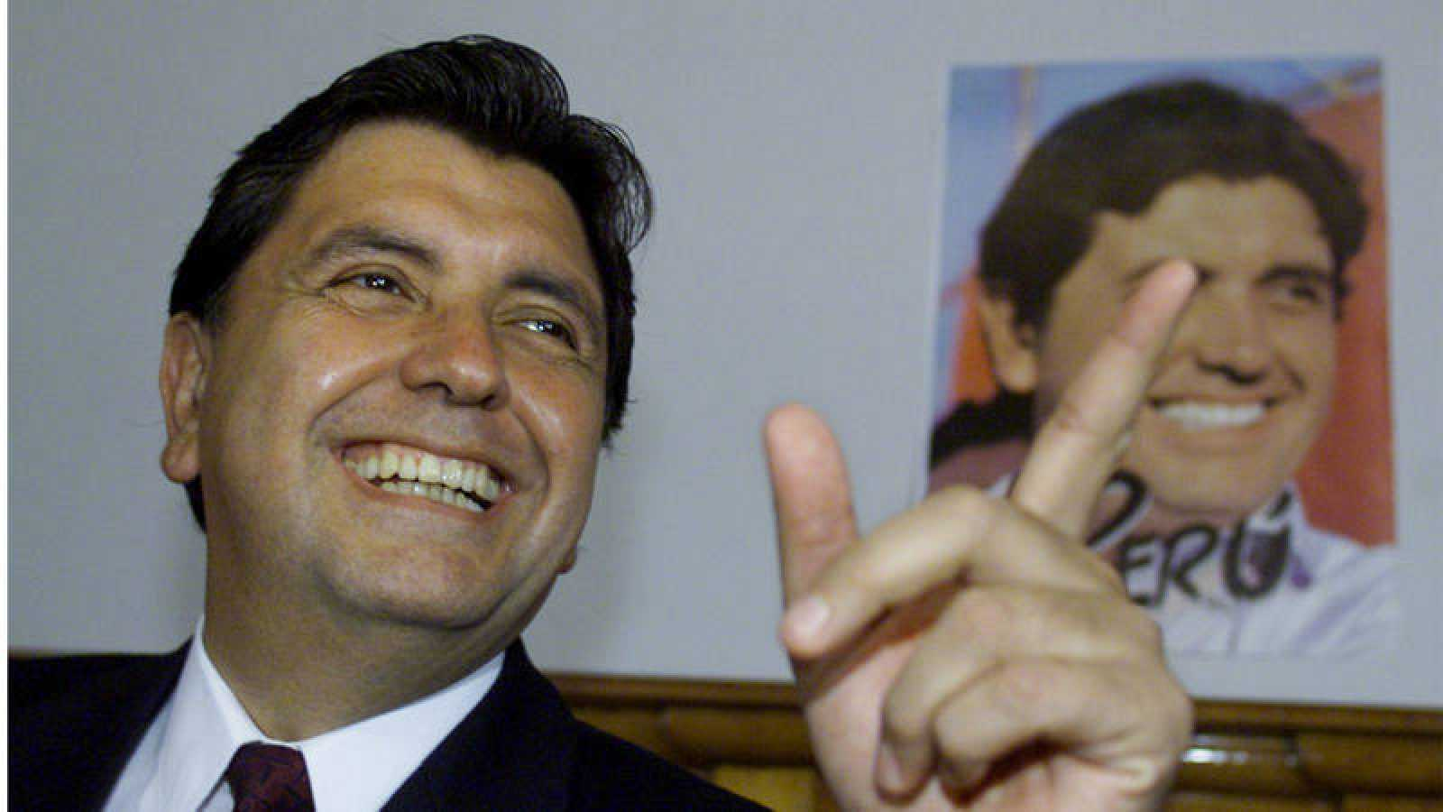 Imagen de archivo de 2001 en la que aparece el expresidente peruano Alan García