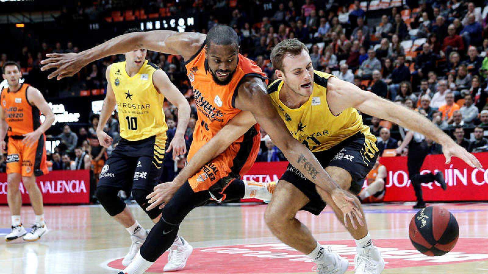 El ala pivot estadounidense del Valencia Basket, Will Thomas (i), disputa un balón a su compatriota del Iberostar Tenerife, el ala pivot Tim Abromaitis (d).