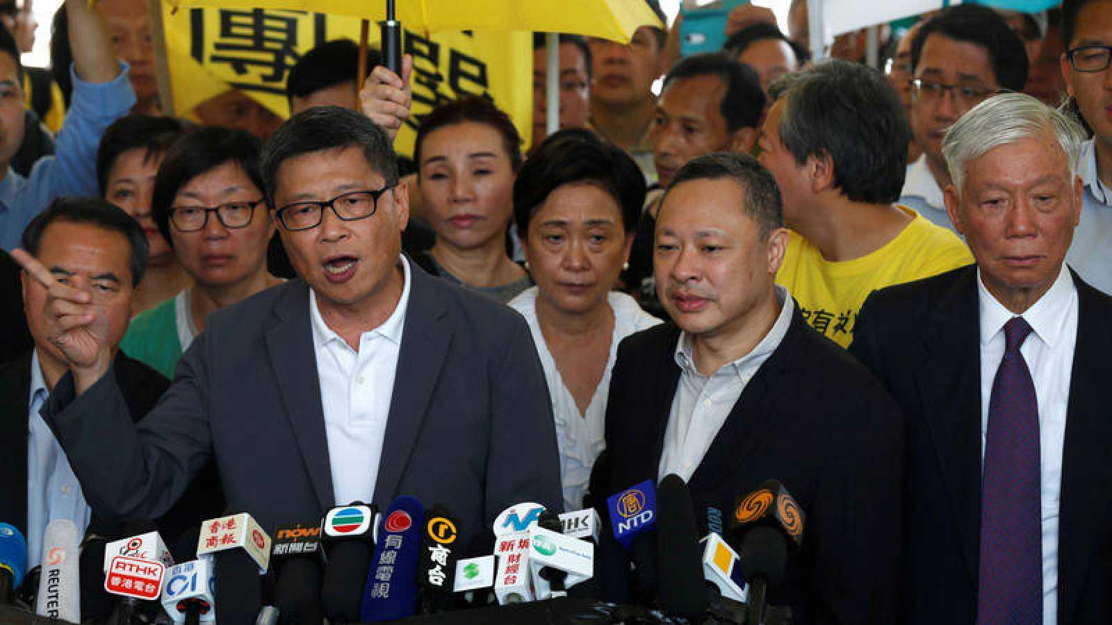 Los fundadores del movimiento por la democracia de Hong Kong, Chan Kin-man, Benny Tai y Chu Yiu-ming, llegan al tribunal. REUTERS/Tyrone Siu