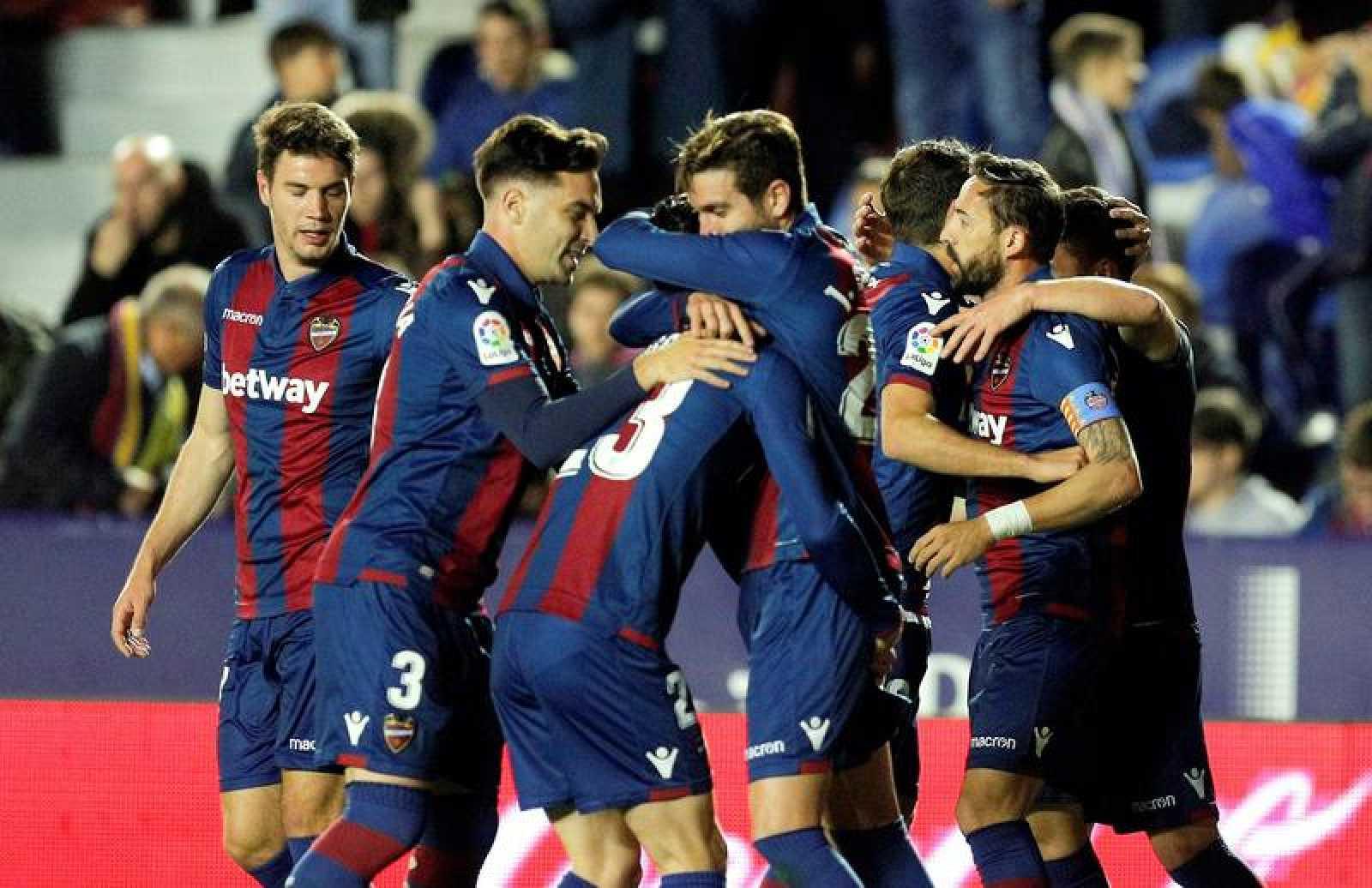 Los jugadores del Levante celebran el gol marcado por su compañero José Gómez Campaña.