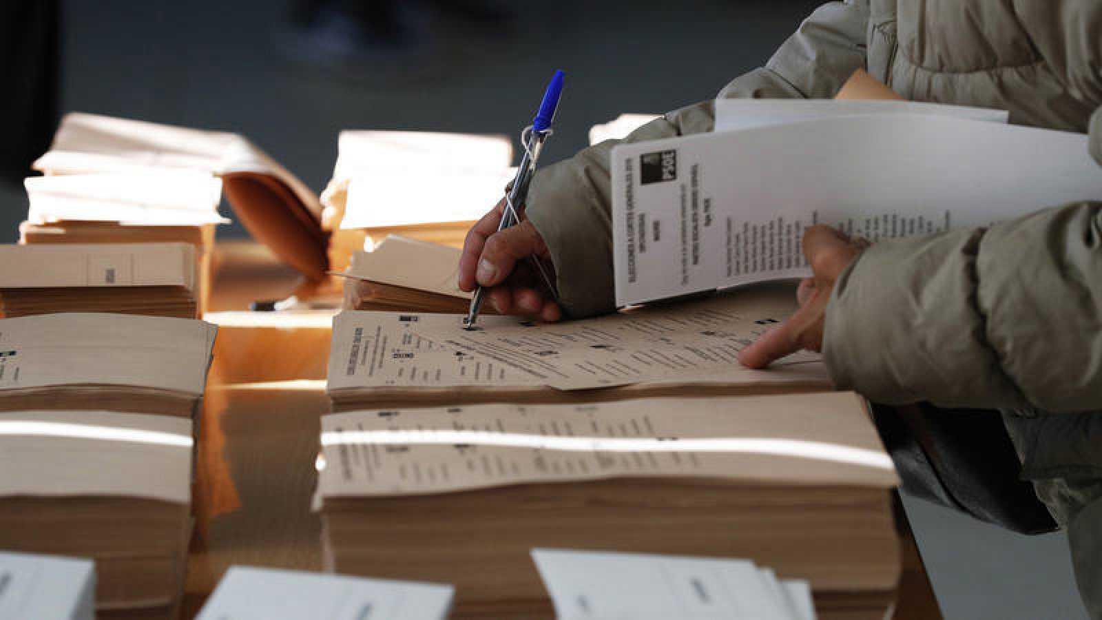 Elecciones generales 2019 - Papeletas en un colegio electoral