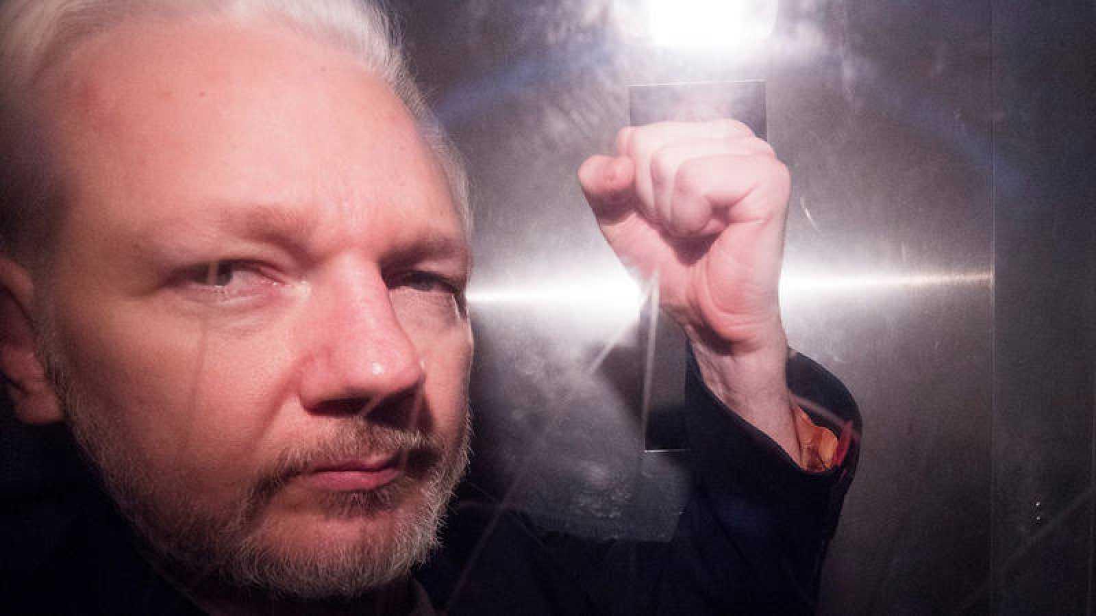 El fundador de Wikileaks, Julian Assange, saluda a los fotógrafos mientras abandona en un vehículo policial, este miércoles, el tribunal de Southwark de Londres (Reino Unido). Efe/Neil Hall