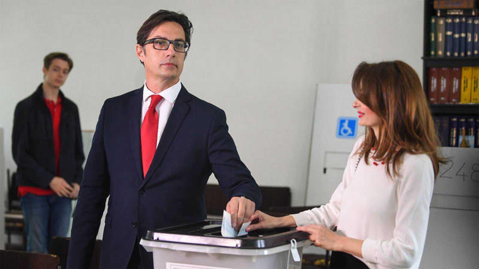 Stevo Pendarovski vota en las elecciones de Macedonia junto a su esposa Elizabeta