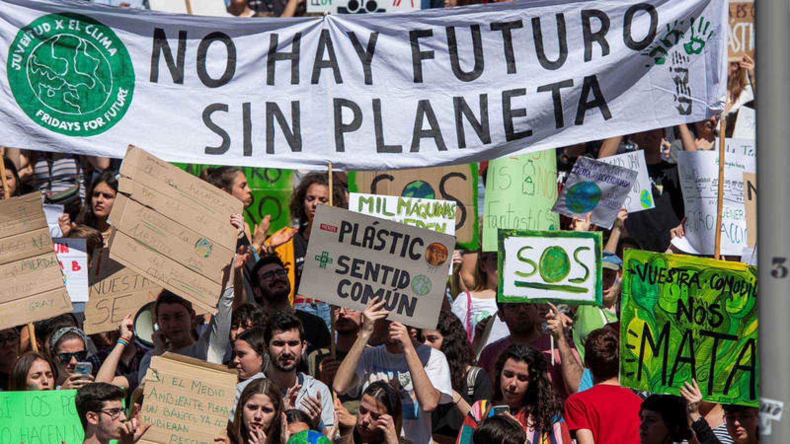 Jóvenes estudiantes pertenecientes al movimiento 'Fridays for Future' se manifiestan para pedir medidas políticas contra el cambio climático.