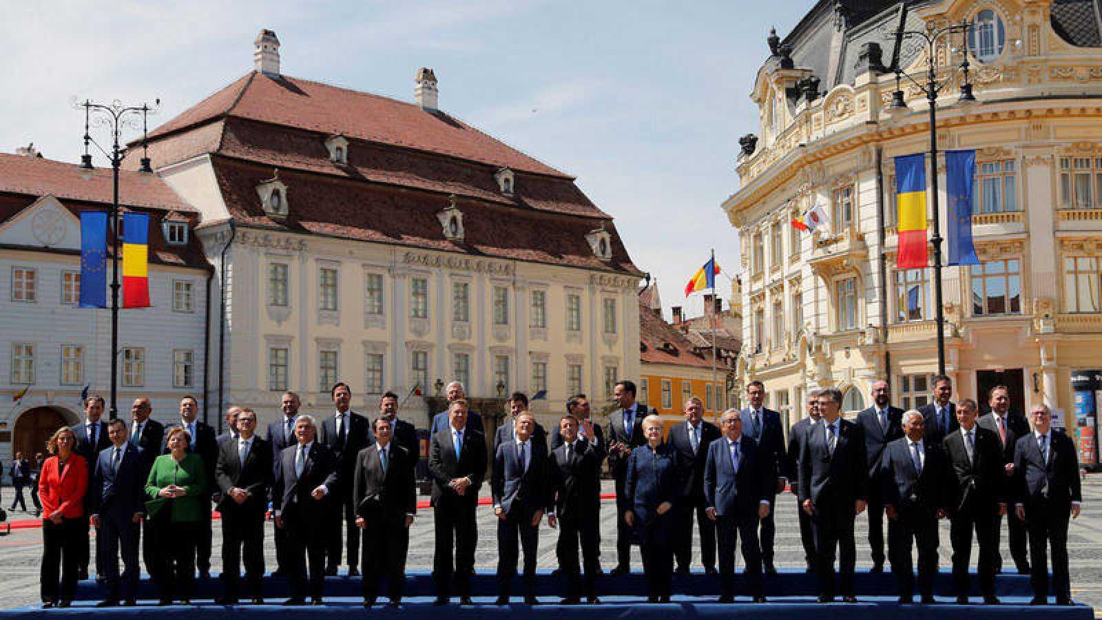 Foto de familia de los líderes de los 27 a su llegada a la cumbre informal de Sibiu (Rumanía)