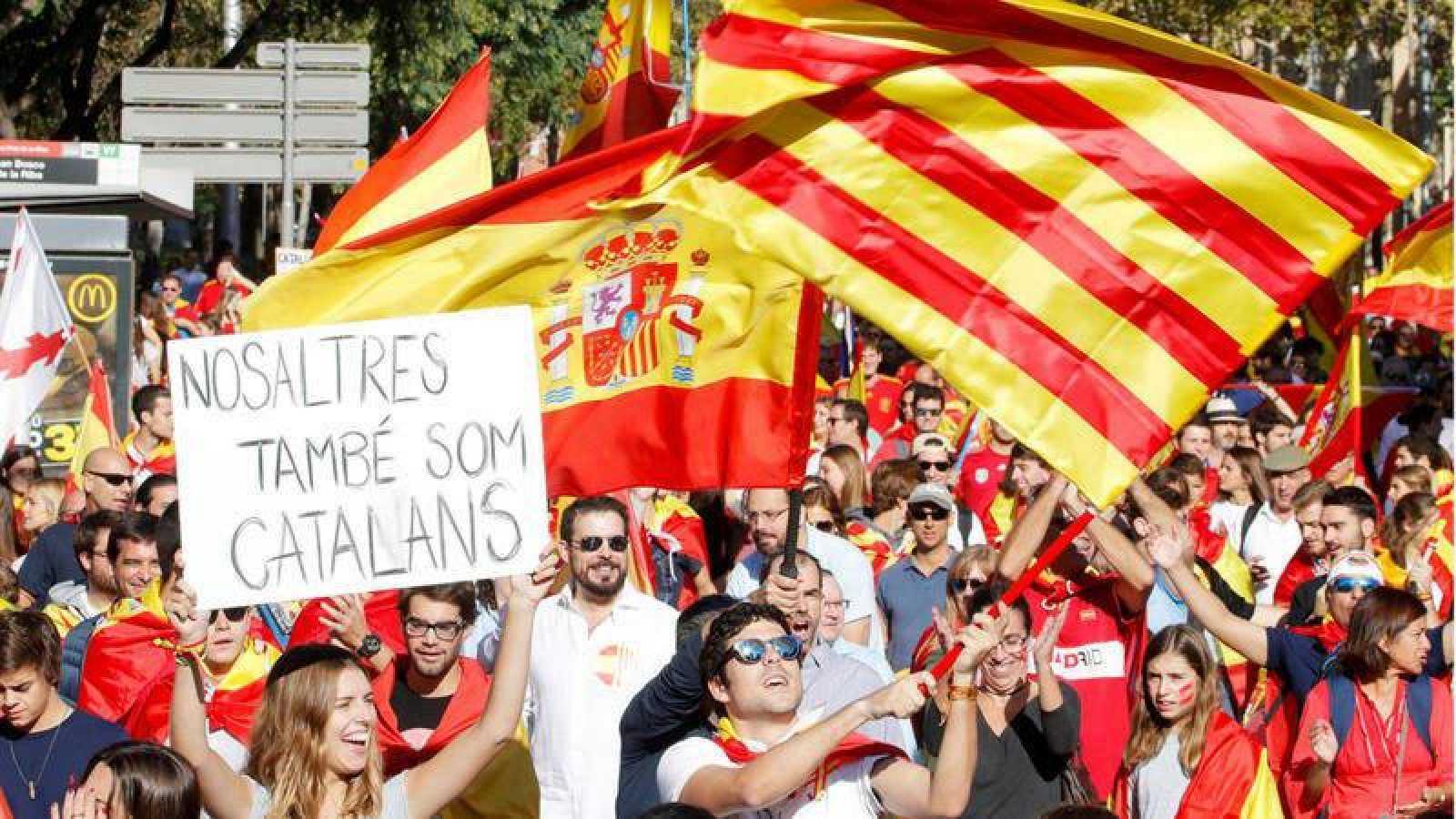 Participantes en la manifestación convocada por Societat Civil Catalana el 8 de octubre de 2017