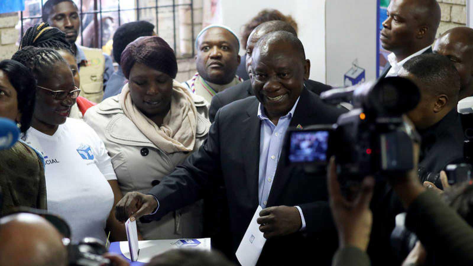 El presidente de Sudáfrica, Cyril Ramaphosa, vota en las elecciones del miércoles.