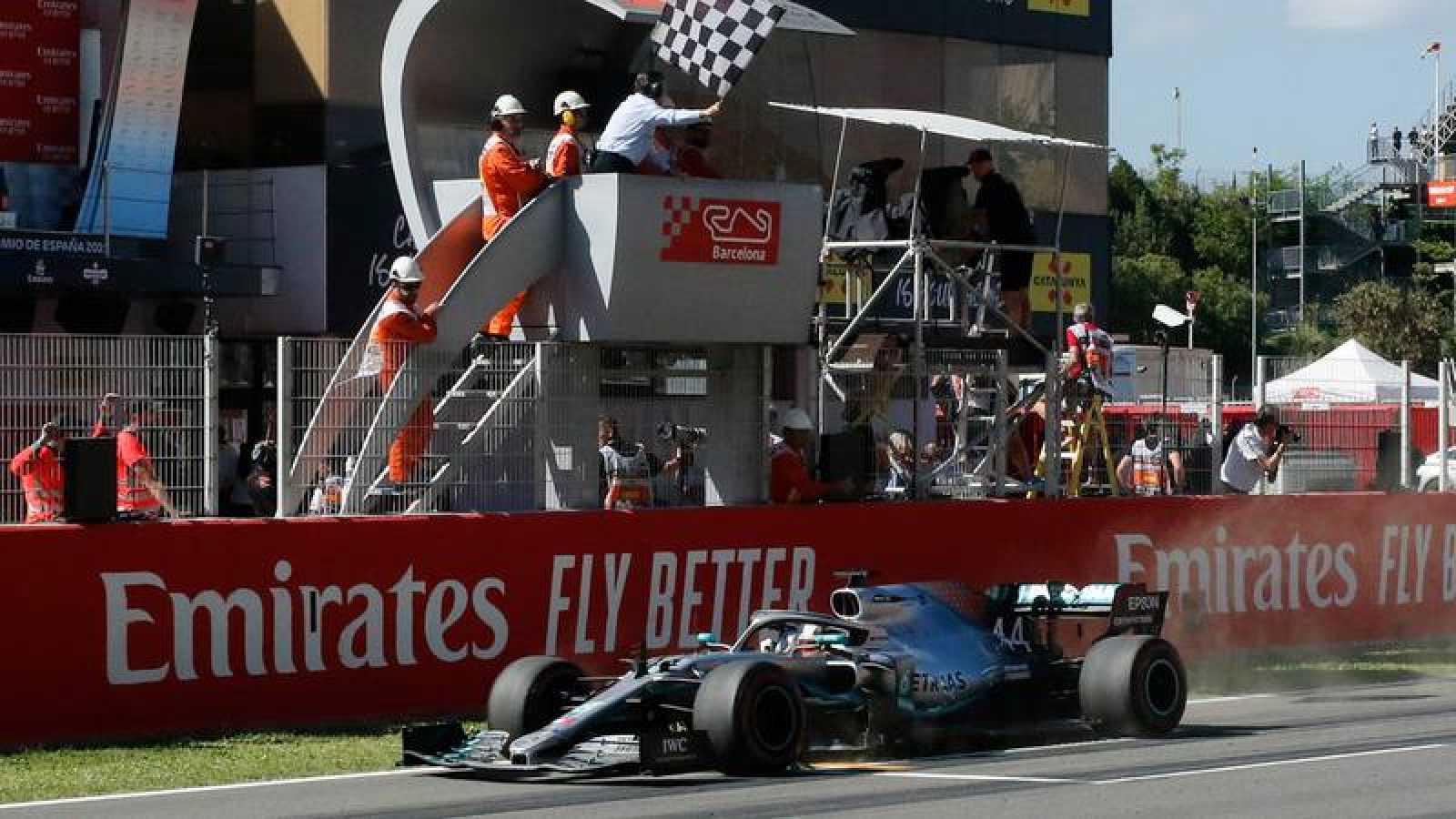 Lewis Hamilton cruza el primero la bandera a cuadros