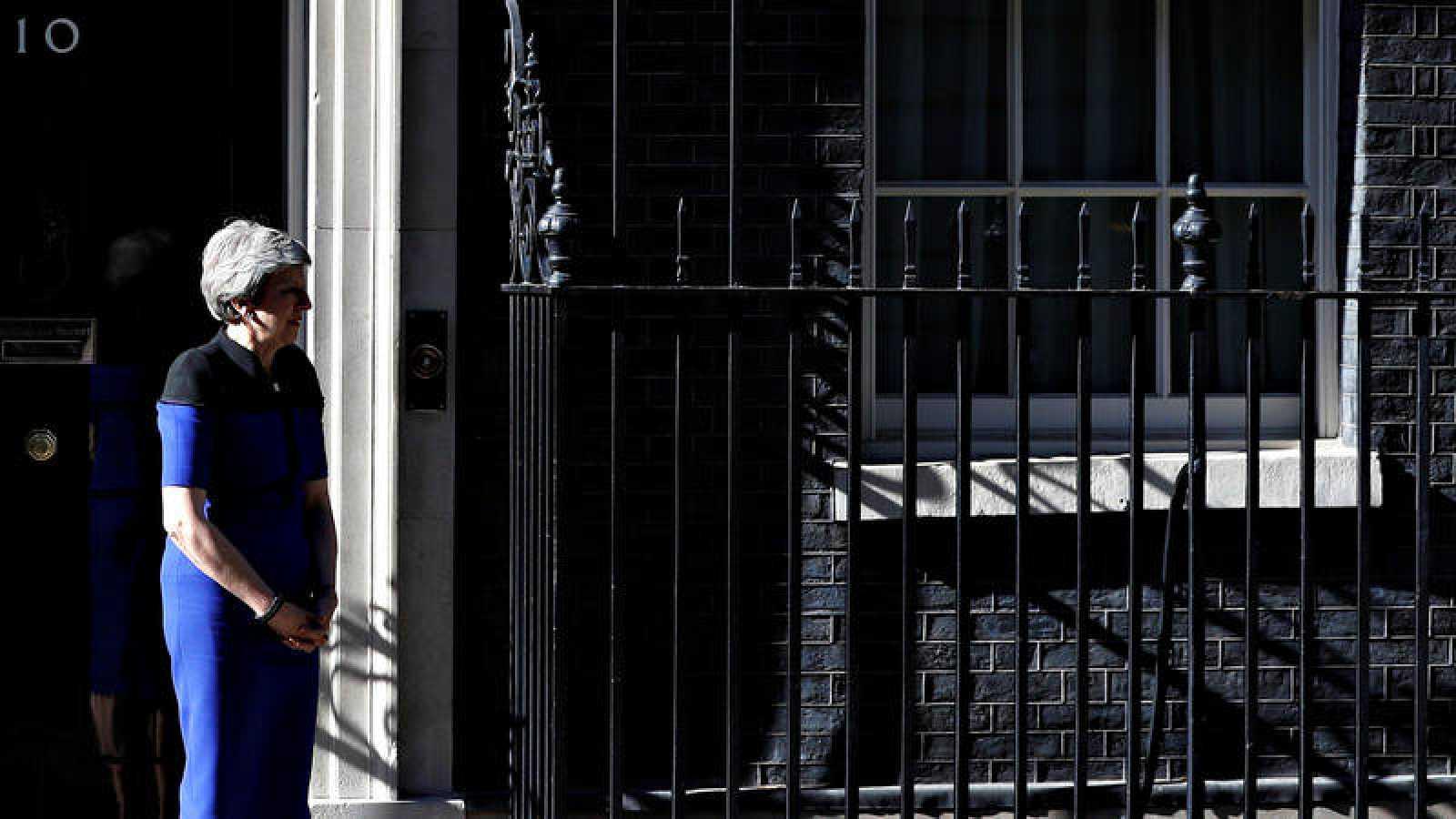 La primera ministra británica, Theresa May, a la puerta del 10 de Downing Street
