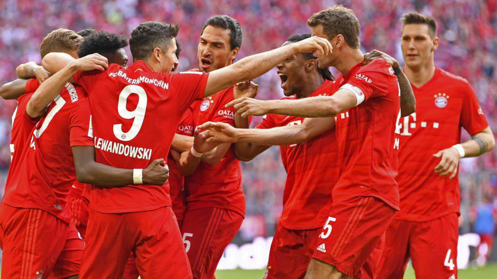 Los jugadores del Bayern celebran uno de los cinco goles que les dan el título.