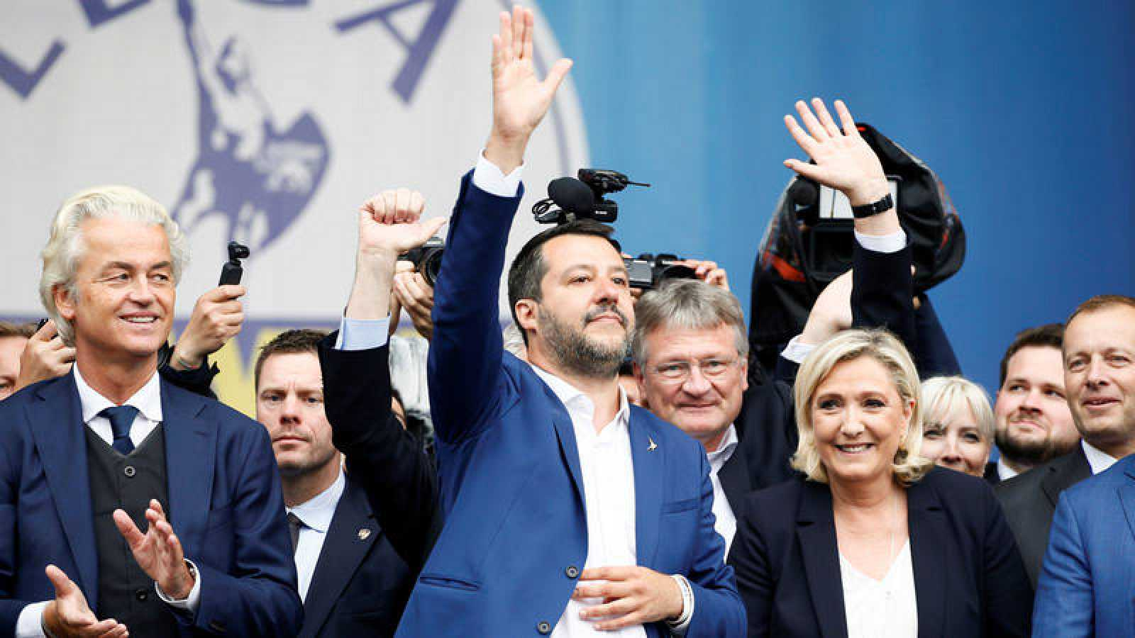 Matteo Salvini saluda a los asistentes flanqueado por Geert Wilder y Marie Le Pen