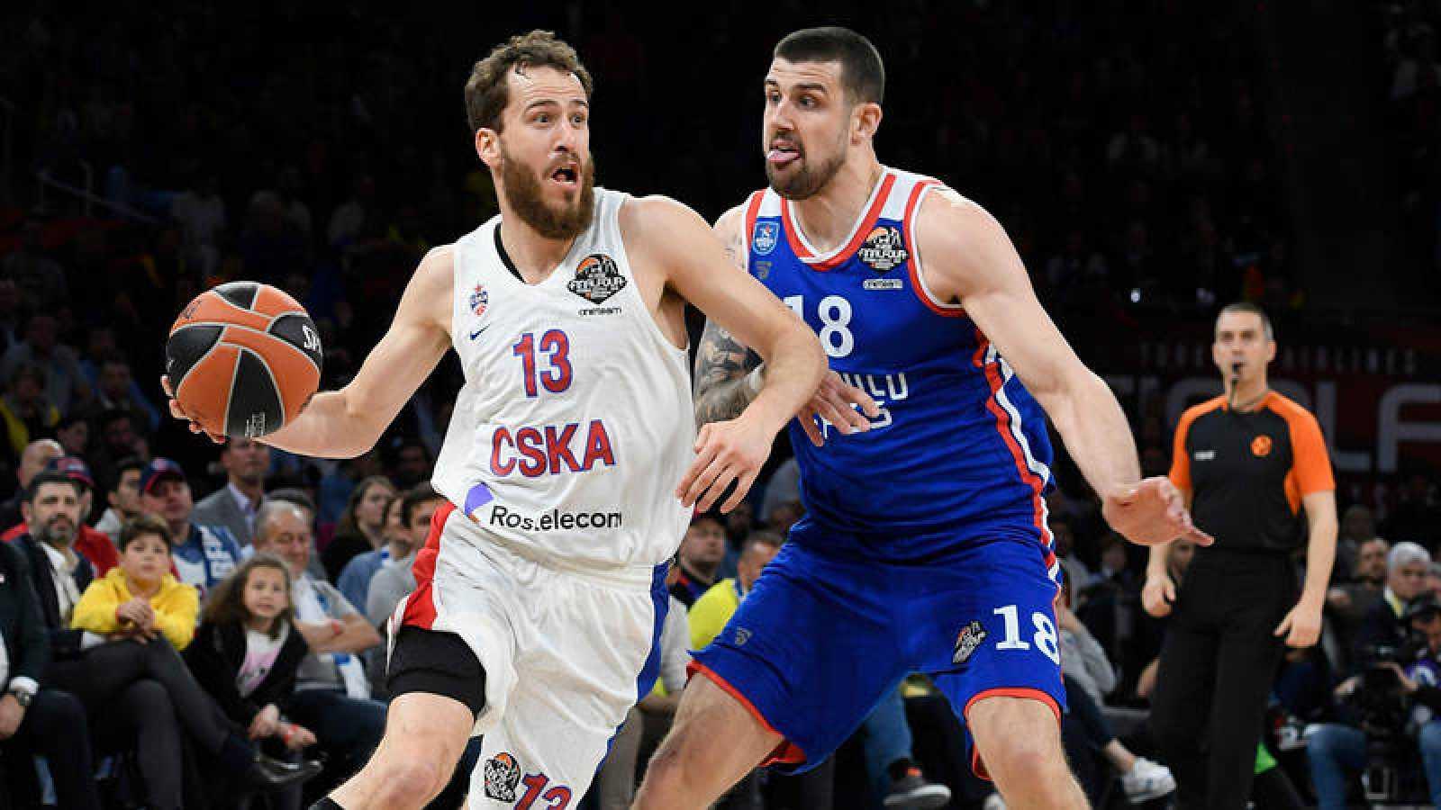 Sergio Rodríguez, del CSKA, ante Adien Moerman, del Efes.