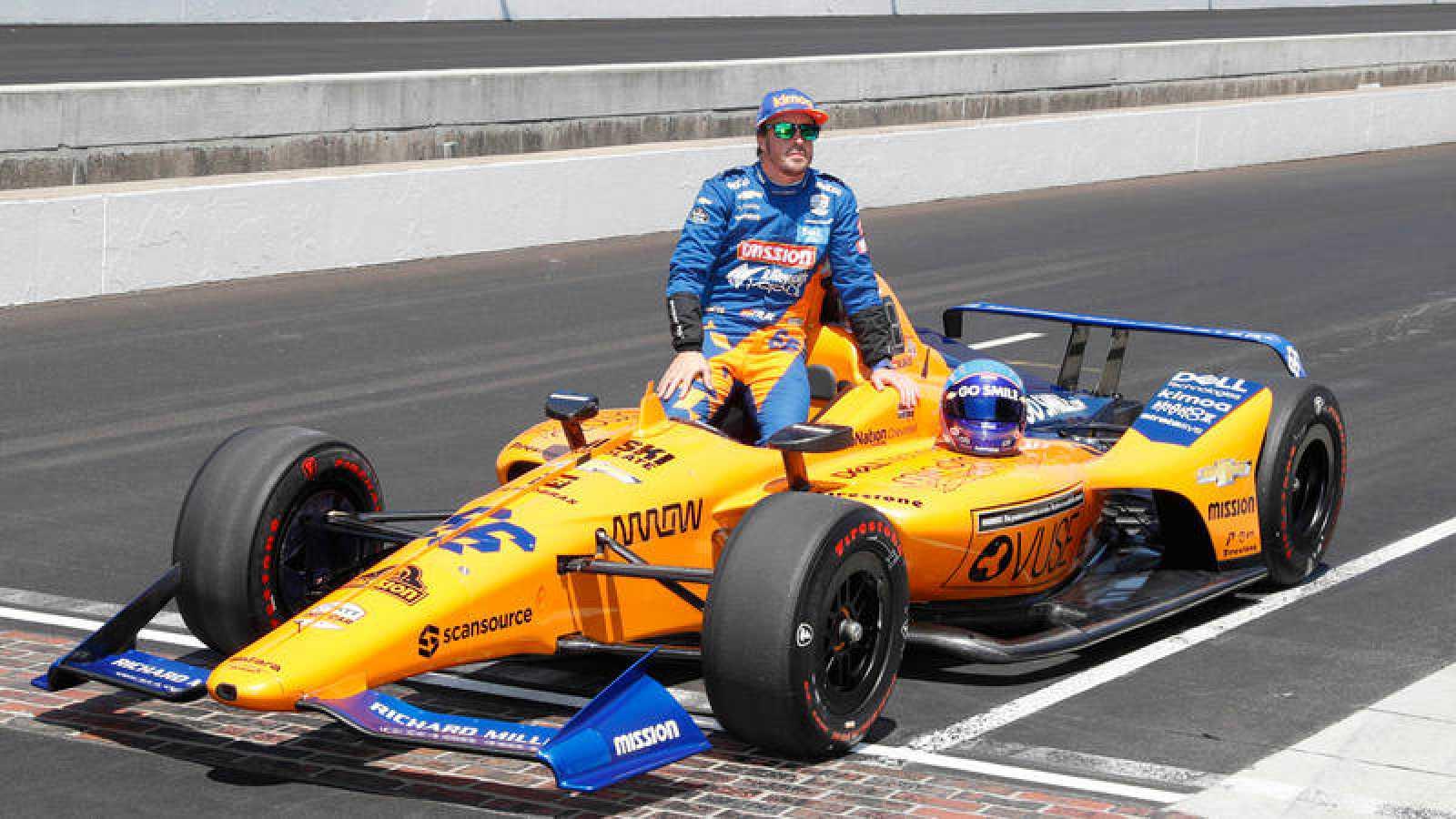 Fernando Alonso posa junto a su coche