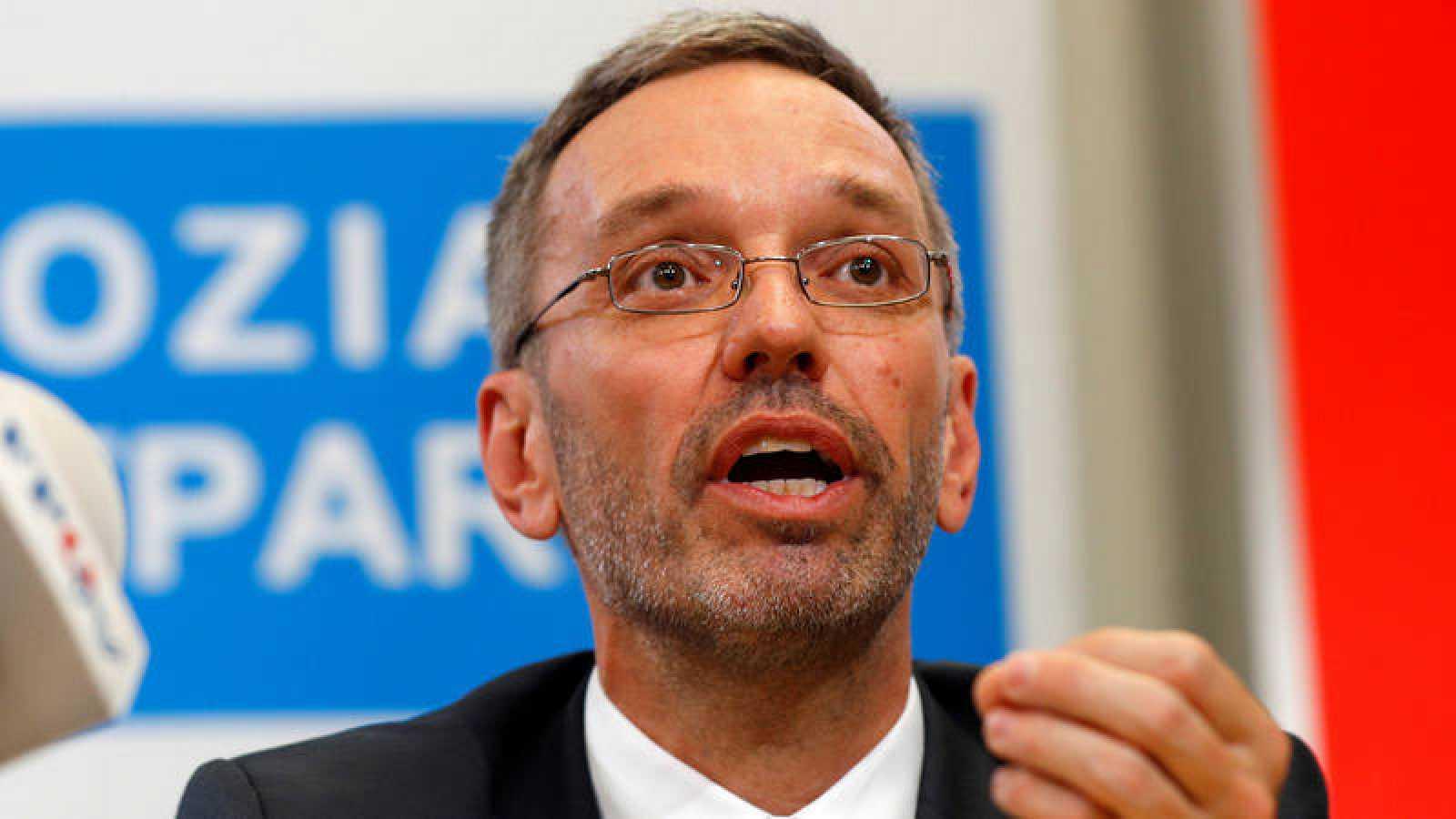 El ministro del Interior austríaco, Herbet Kickl, este lunes en rueda de prensa en Viena