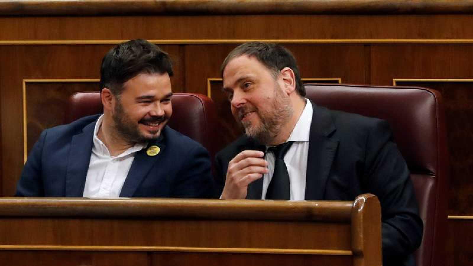 El diputado electo el prisión preventiva de ERC, Oriol Junqueras, junto al que será portavoz del grupo parlamentario de ERC, Gabriel Rufián