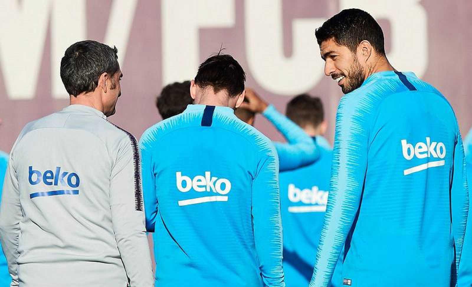 El jugador del FC Barcelona Luis Suárez (d) conversa con el entrenador, Ernesto Valverde (i), durante un entrenamiento.