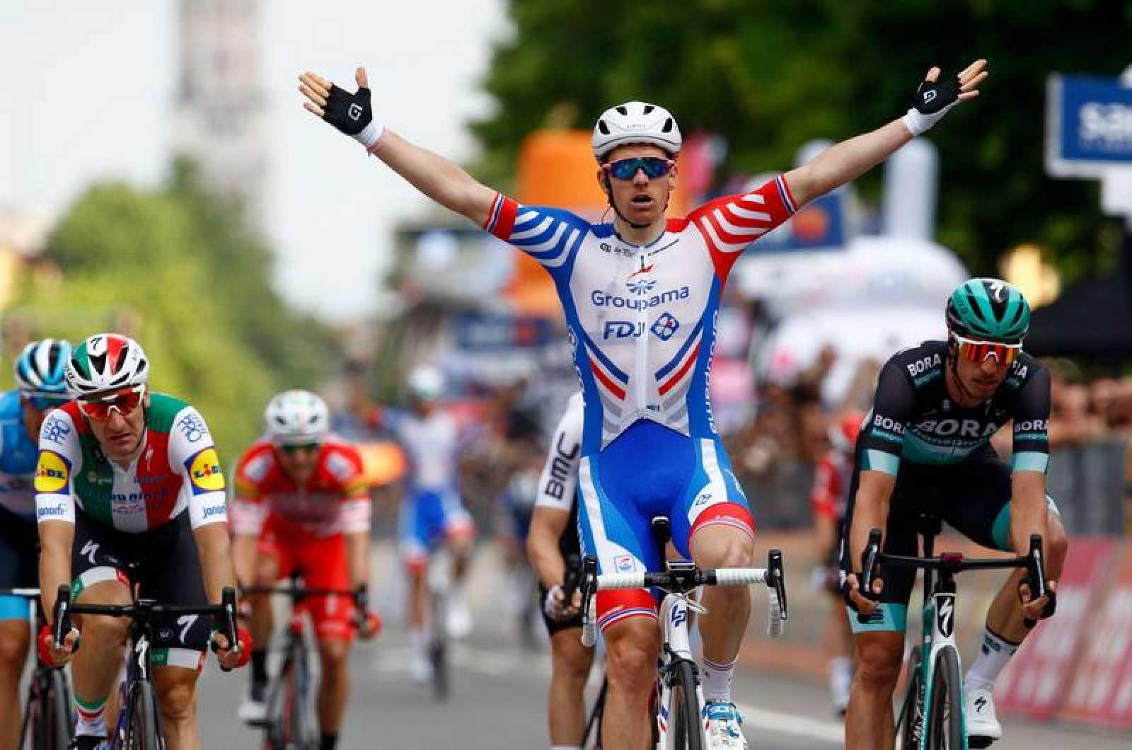 El francés Arnaud Demare celebra su victoria en el 'sprint' de Módena.