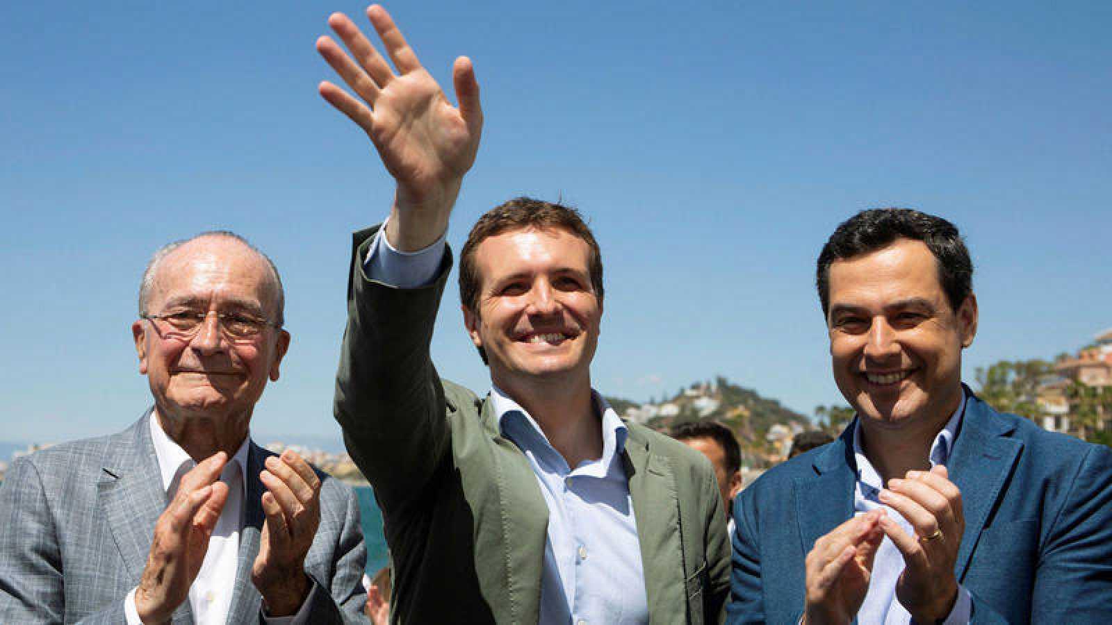 El alcalde de Málaga, Francisco de la Torre, el presidente nacional del PP, Pablo Casado, y el presidente de la Junta de Andalucía, Juanma Moreno, durante un mitin en Málaga.