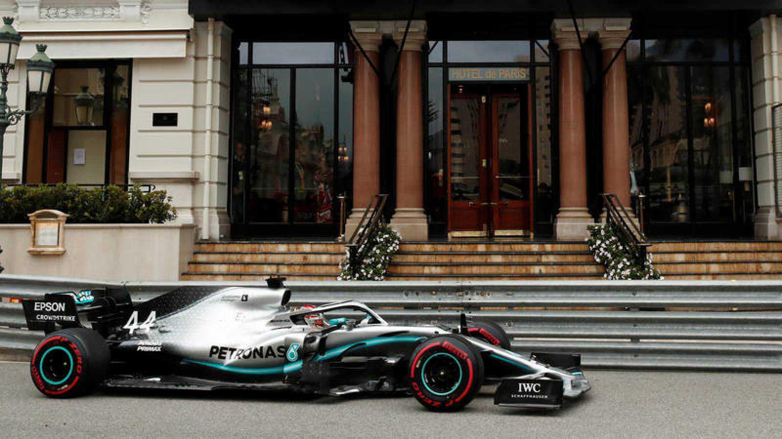 El Mercedes de Lewis Hamilton pasa frente a la puerta del Hotel de París de Mónaco.