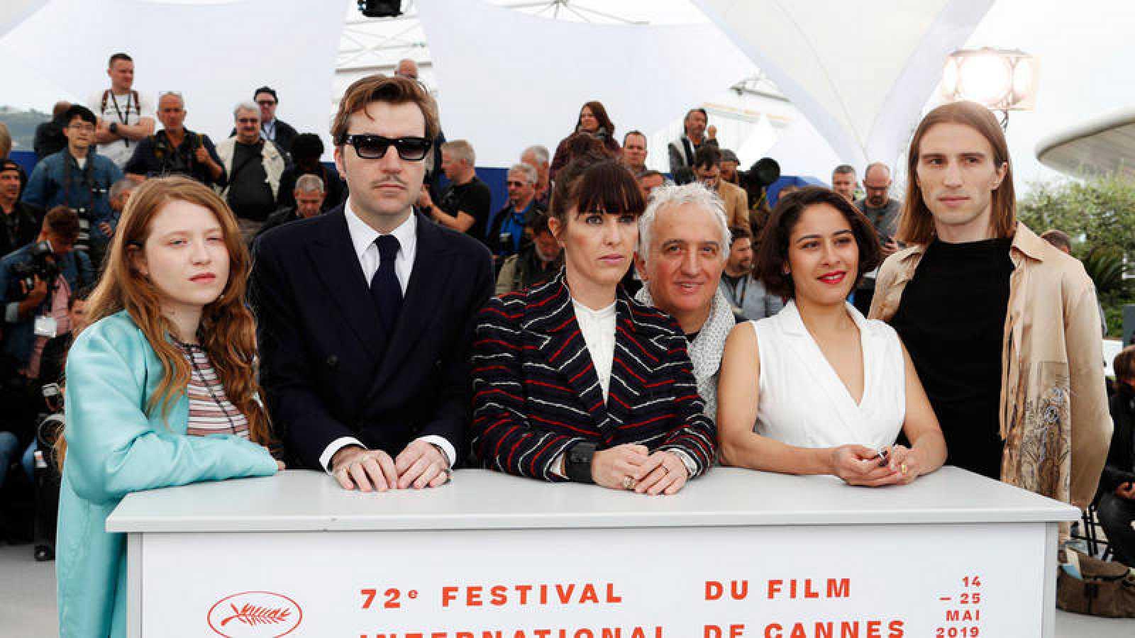 El director español Albert Serra posa junto al elenco de actores de 'Liberté' en el Festival de Cannes