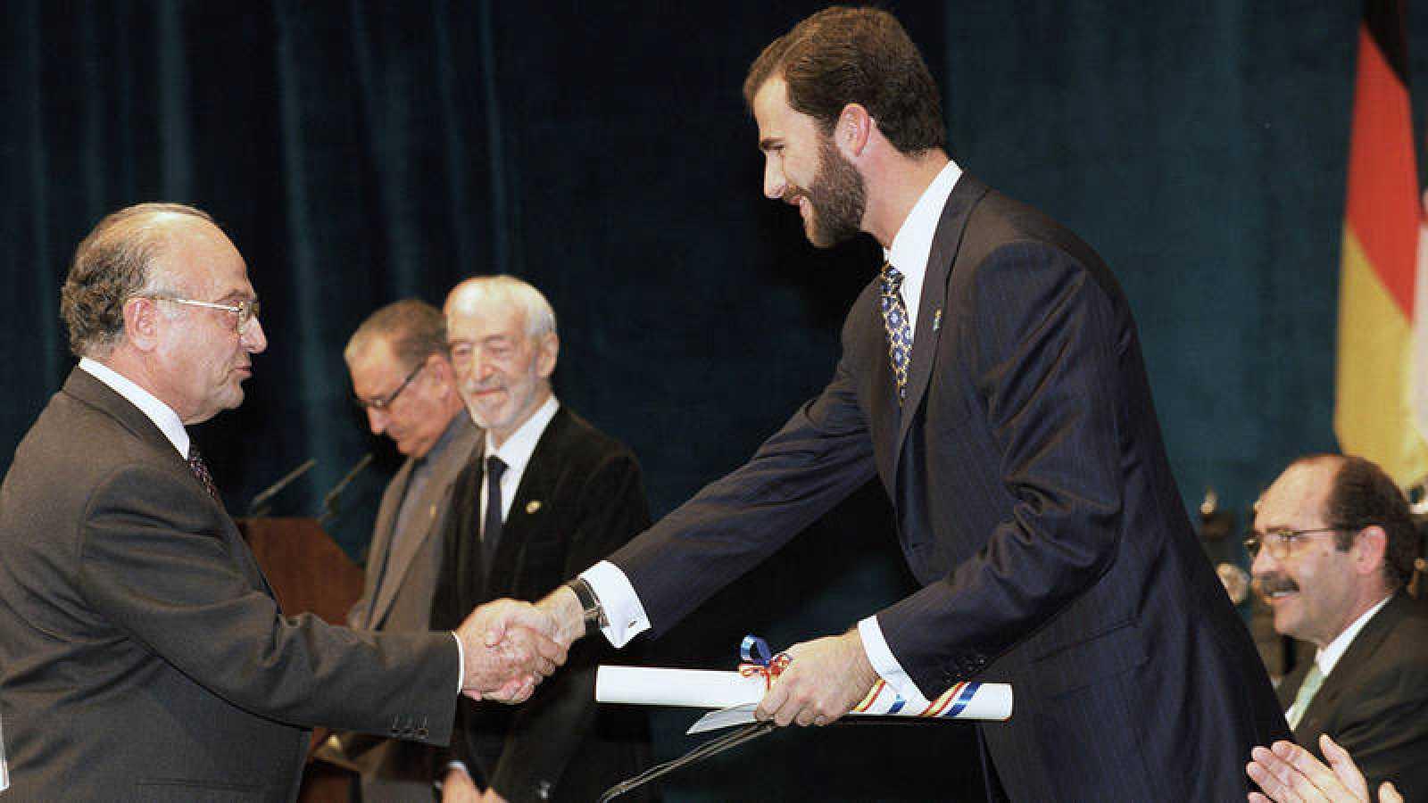 Joaquín Sanz Gadea recibe el Premio Príncipe de Asturias de la Concordia 1998