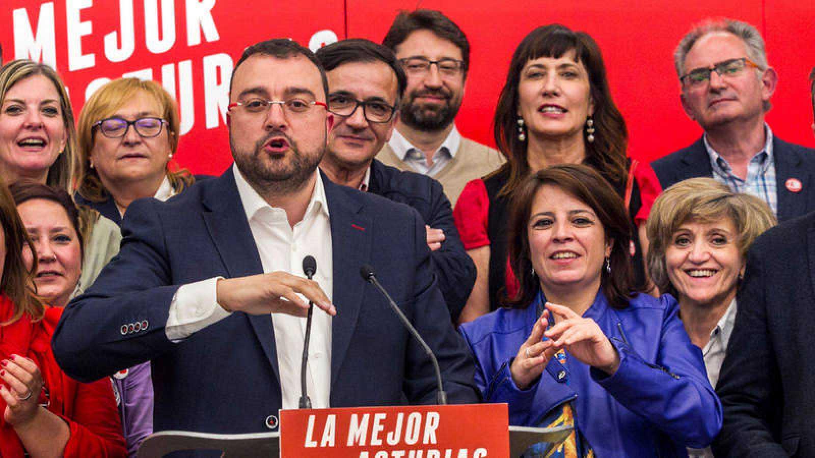 El candidato del PSOE a la Presidencia del Principado, Adrián Barbón, celebra su victoria en Asturias
