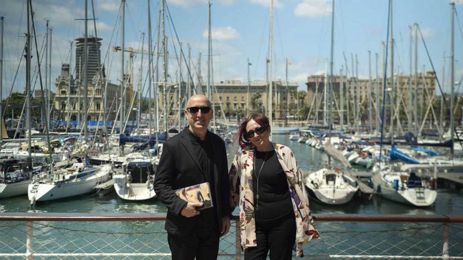 La escritora Elia Barceló con Óscar López, director y presentador de  'Página Dos'