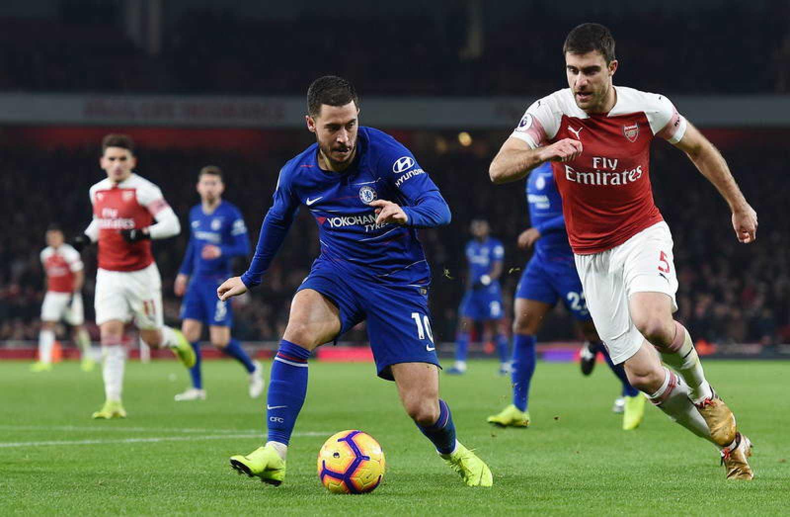 El jugador del Chelsea Hazard (c) en acción en el partido de esta temporada de la Premier ante el Arsenal en el Emirates Stadium