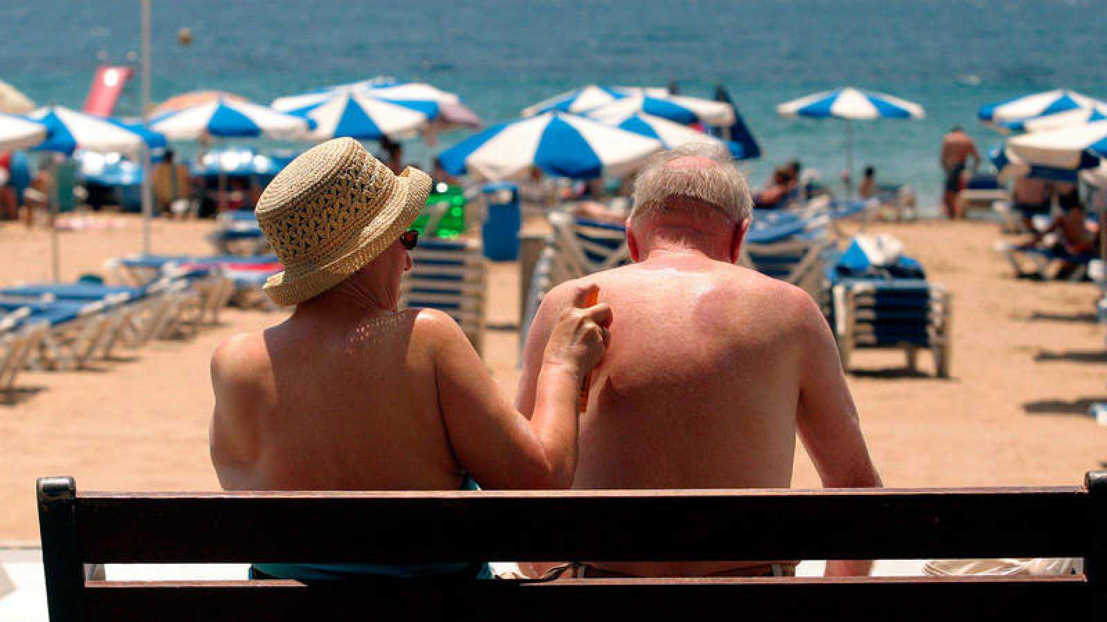 Una pareja de turistas en la playa de Benidorm en una imagen de archivo