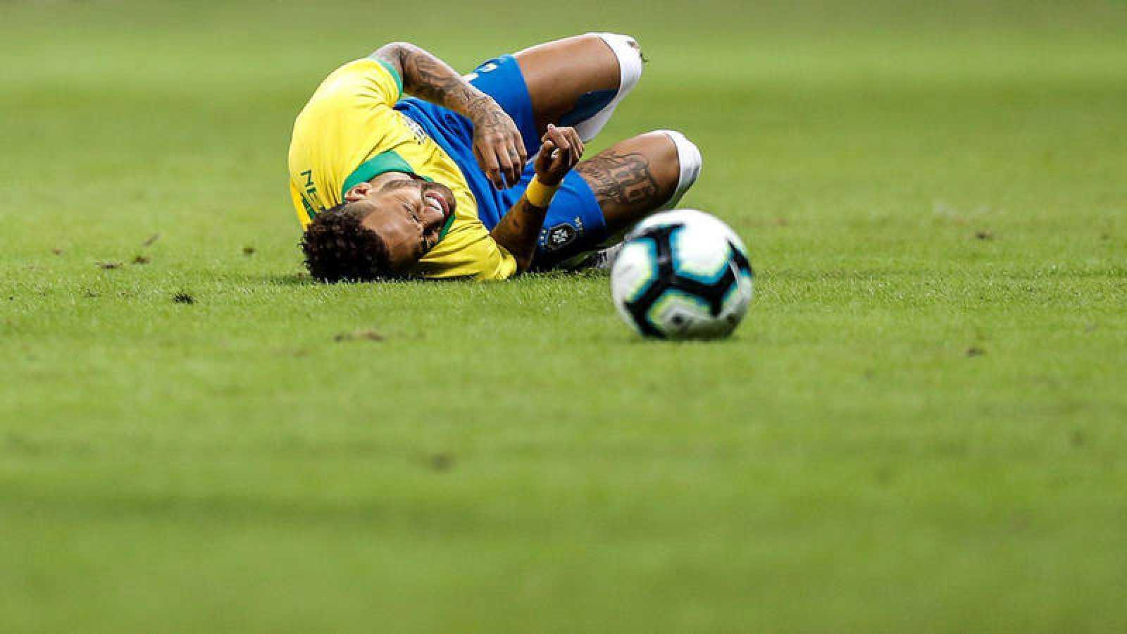 Neymar se lamenta en el campo este miércoles en el partido amistoso entre Brasil y Catar, en el Estadio Mane Garrincha, en la ciudad de Brasilia (Brasil). EFE/Antonio Lacerda
