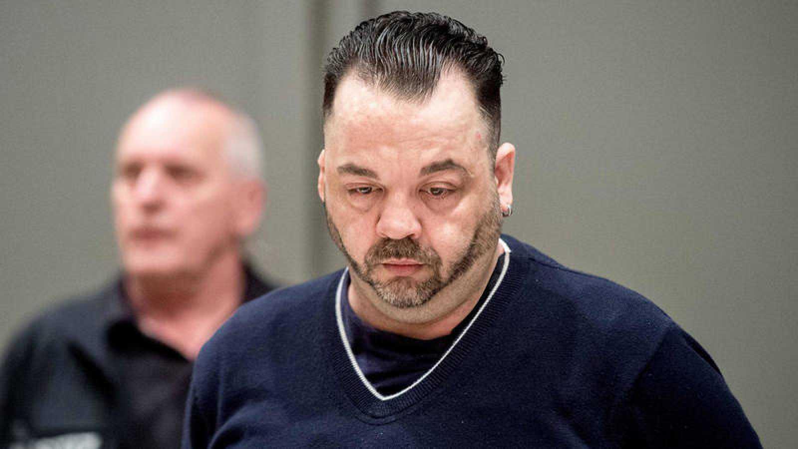 El enfermero alemán Niels Hoege, condenado a cadena perpetua por matar a 85 pacientes, escucha el veredicto en un tribunal de Odenburg. Foto: Hauke-Christian Dittrich / Afp