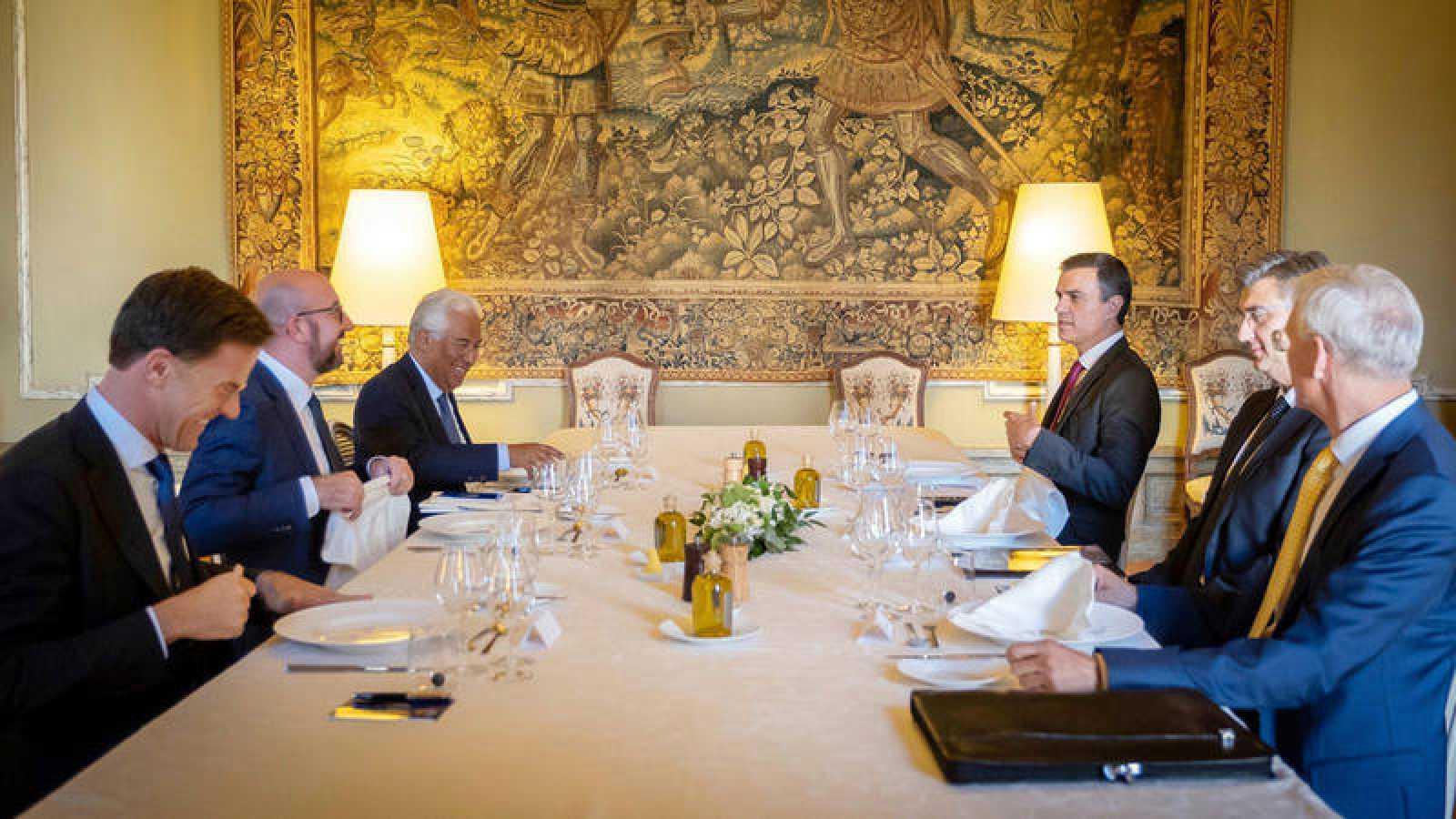 El primer ministro holandés, Mark Rutte, el primer ministro belga, Charles Michel, el primer ministro portugués, Antonio Costa, el presidente del Gobierno español Pedro Sánchez, el croata Andrej Plenkovic y el letón Arturs Karins, en Bruselas