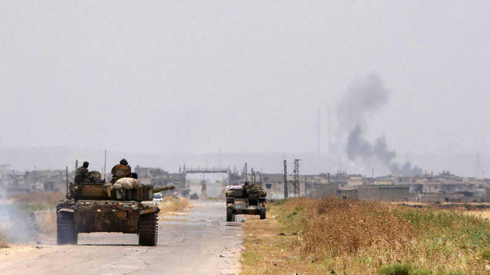 Un tanque de las fuerzas gubernamentales de Siria circula por una carretera de Hama