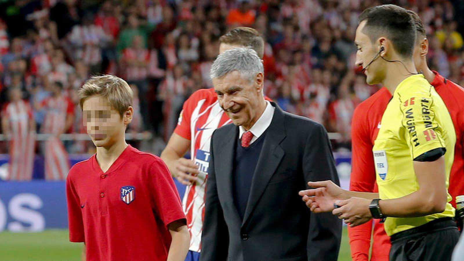 El exfutbolista rojiblanco José Eulogio Gárate se dispone a efectuar el saque de honor antes del partido entre Atlético de Madrid y Málaga que supuso la inauguración del Estadio Wanda Metropolitano