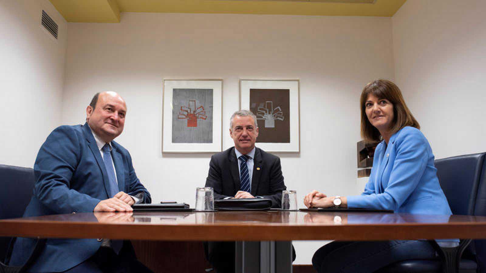 Andoni Ortuzar, Iñigo Urkullu e Idoia Mendia, en una reunión que mantuvieron en 2018