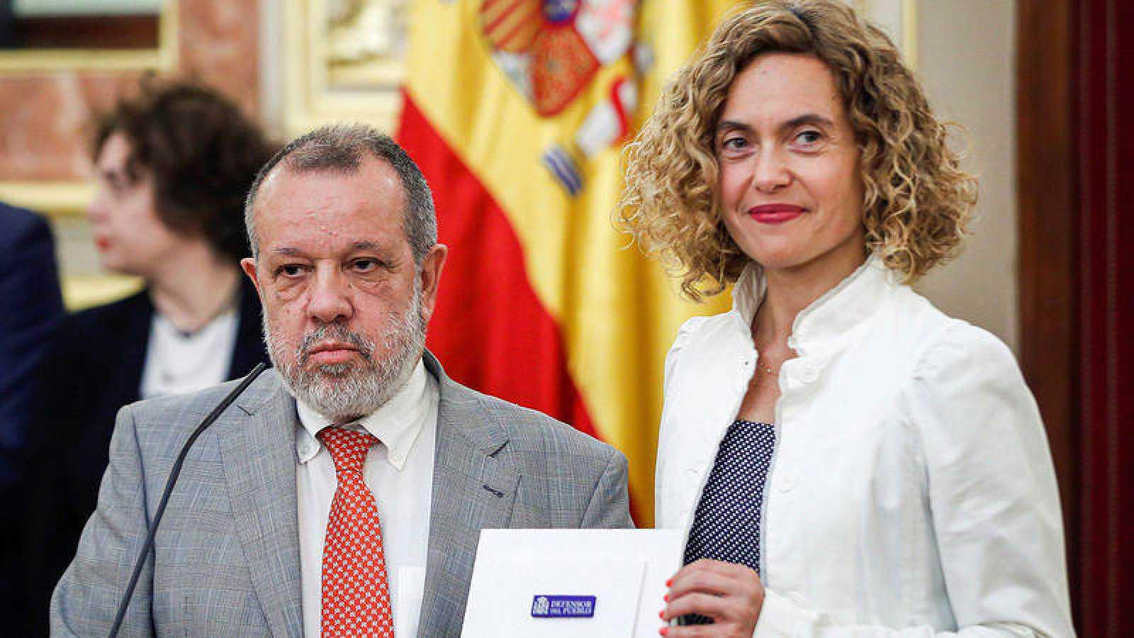 El defensor del Pueblo en funciones, Francisco Fernández Marugán, entrega a la presidenta del Congreso, Meritxell Batet, el Informe Anual 2018.