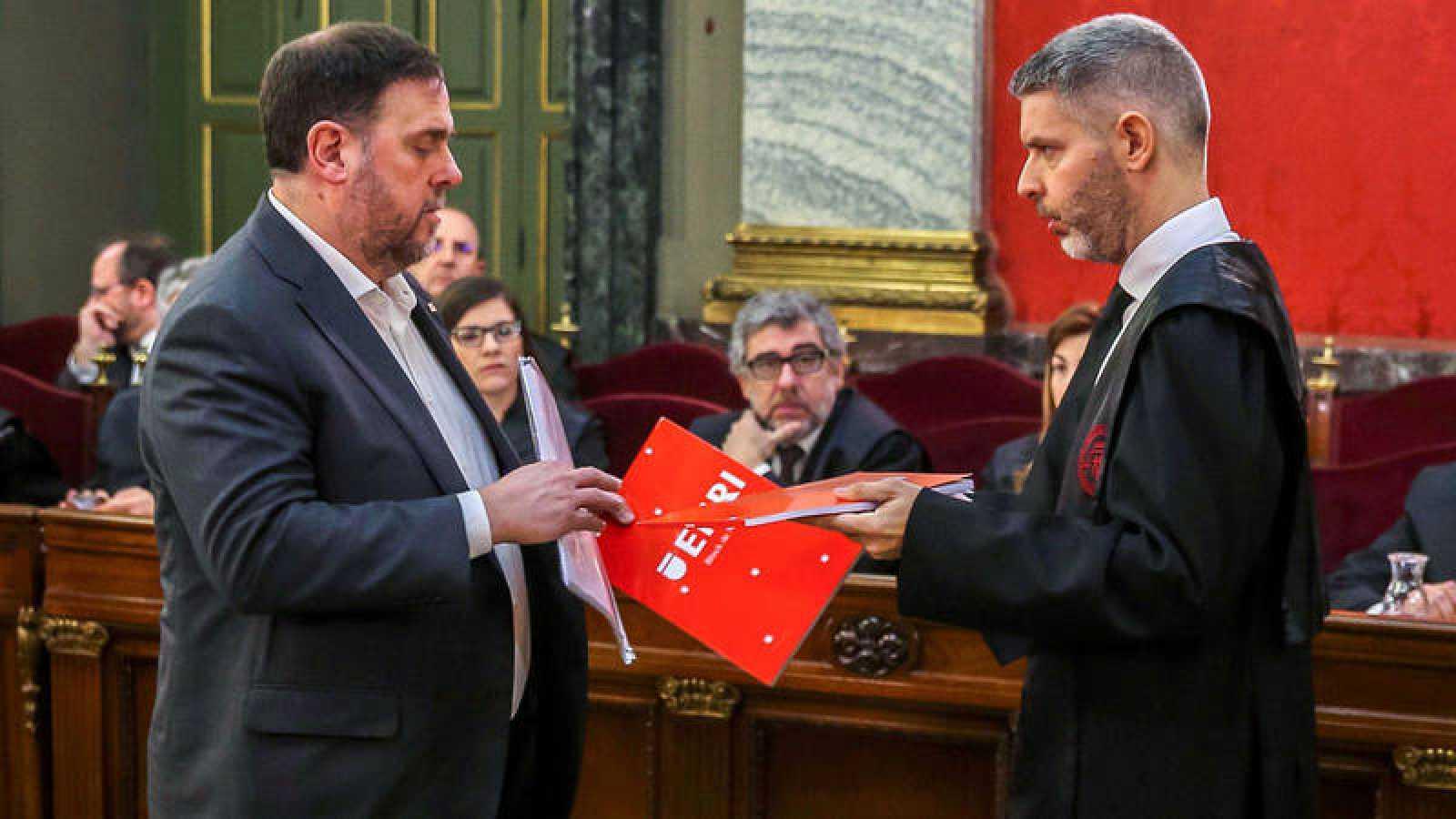 Oriol Junqueras habla con su abogado