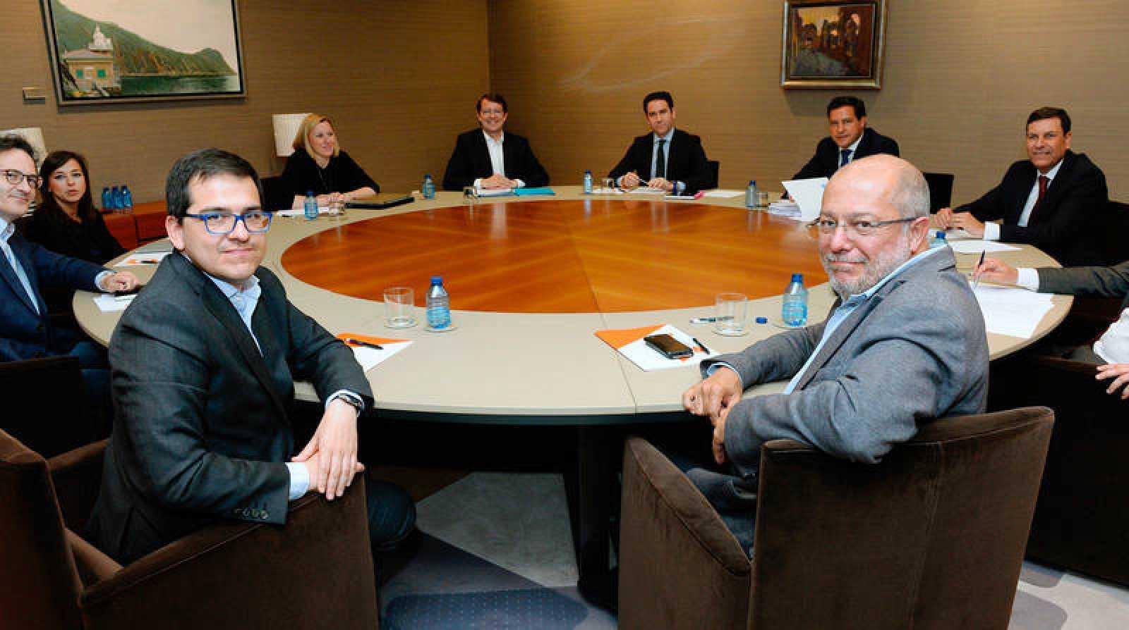 El candidato del PP a la presidencia de la Junta, Alfonso Fernández Mañueco junto al candidato de Ciudadanos a la presidencia de la Junta, Francisco Igea durante la primera reunión formal sobre la gobernabilidad de Castilla y León