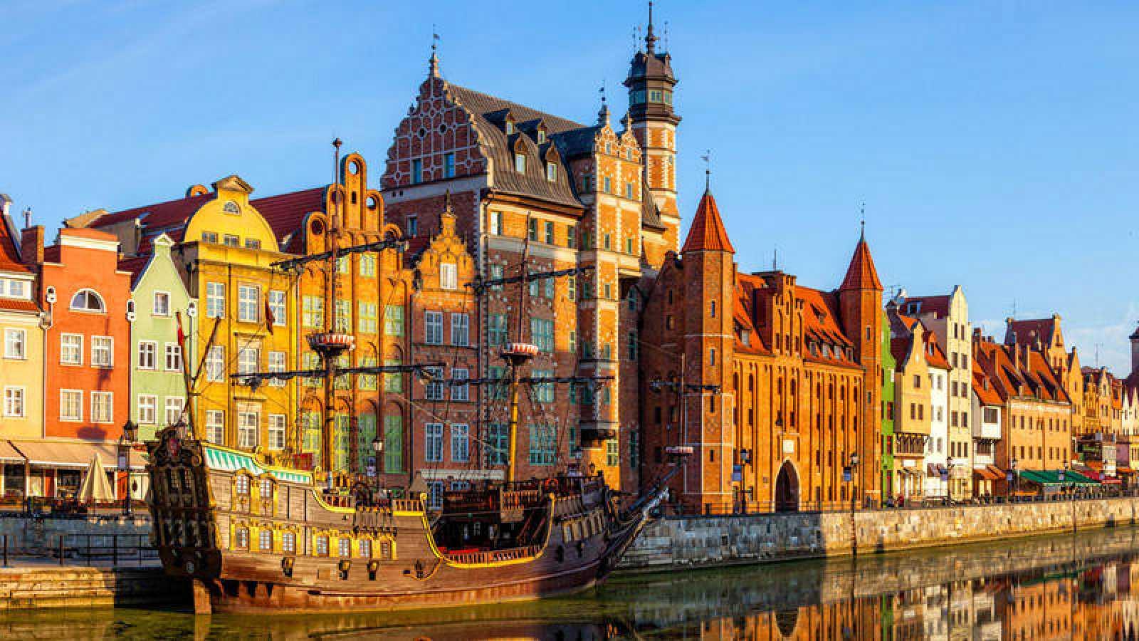 Considerada una ciudad abierta y generosa, Gdansk ha destacado, desde el restablecimiento de la democracia en Polonia hace treinta años, por su dinamismo económico, apertura, cohesión ciudadana y carácter tolerante