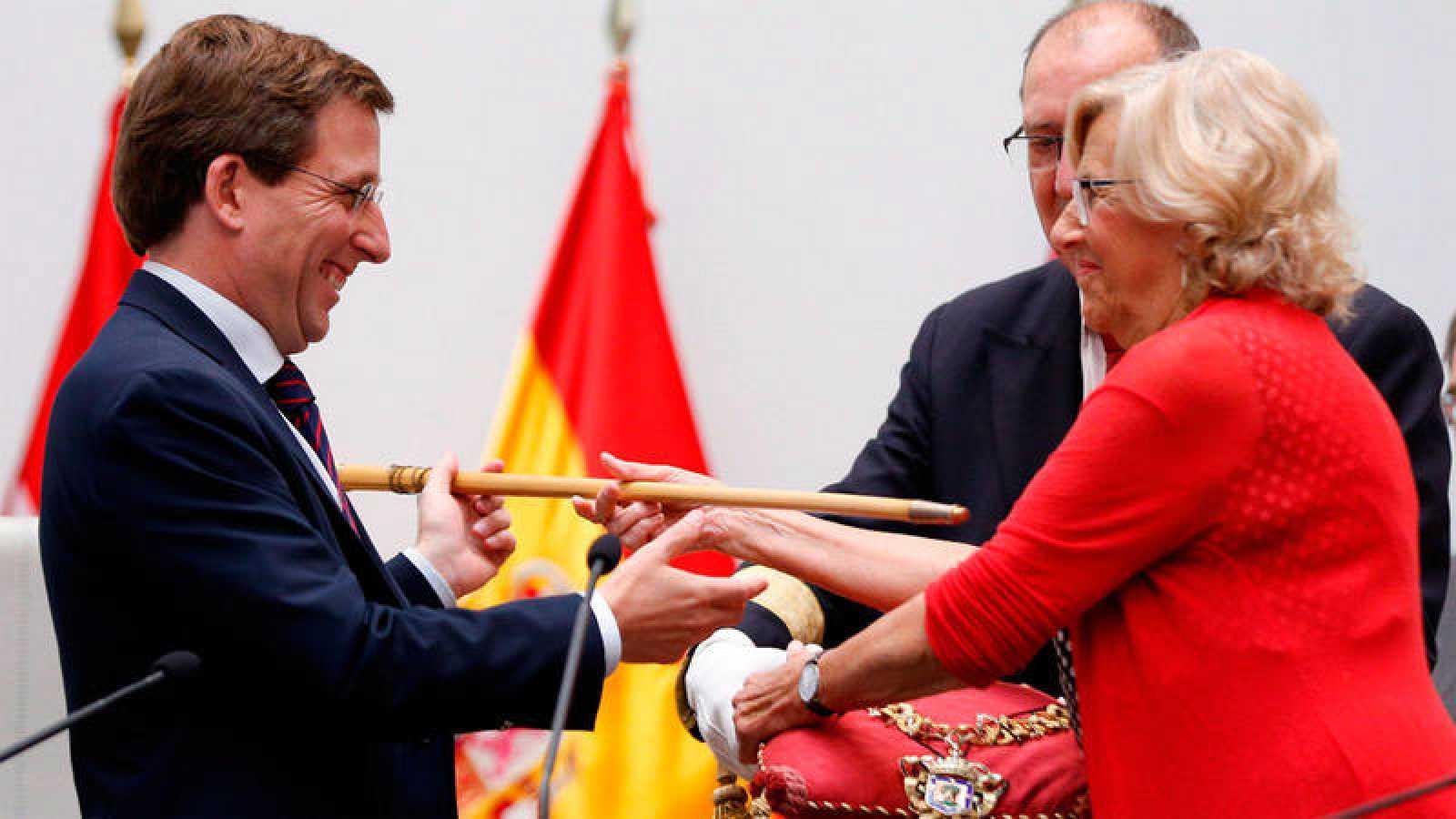 Carmena entrega a Almeida el bastón de mando del Ayuntamiento de Madrid
