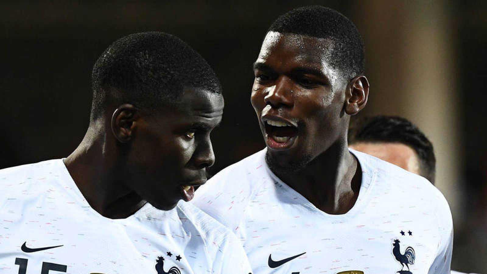Pogba (d) celebra un gol con Zouma (i)