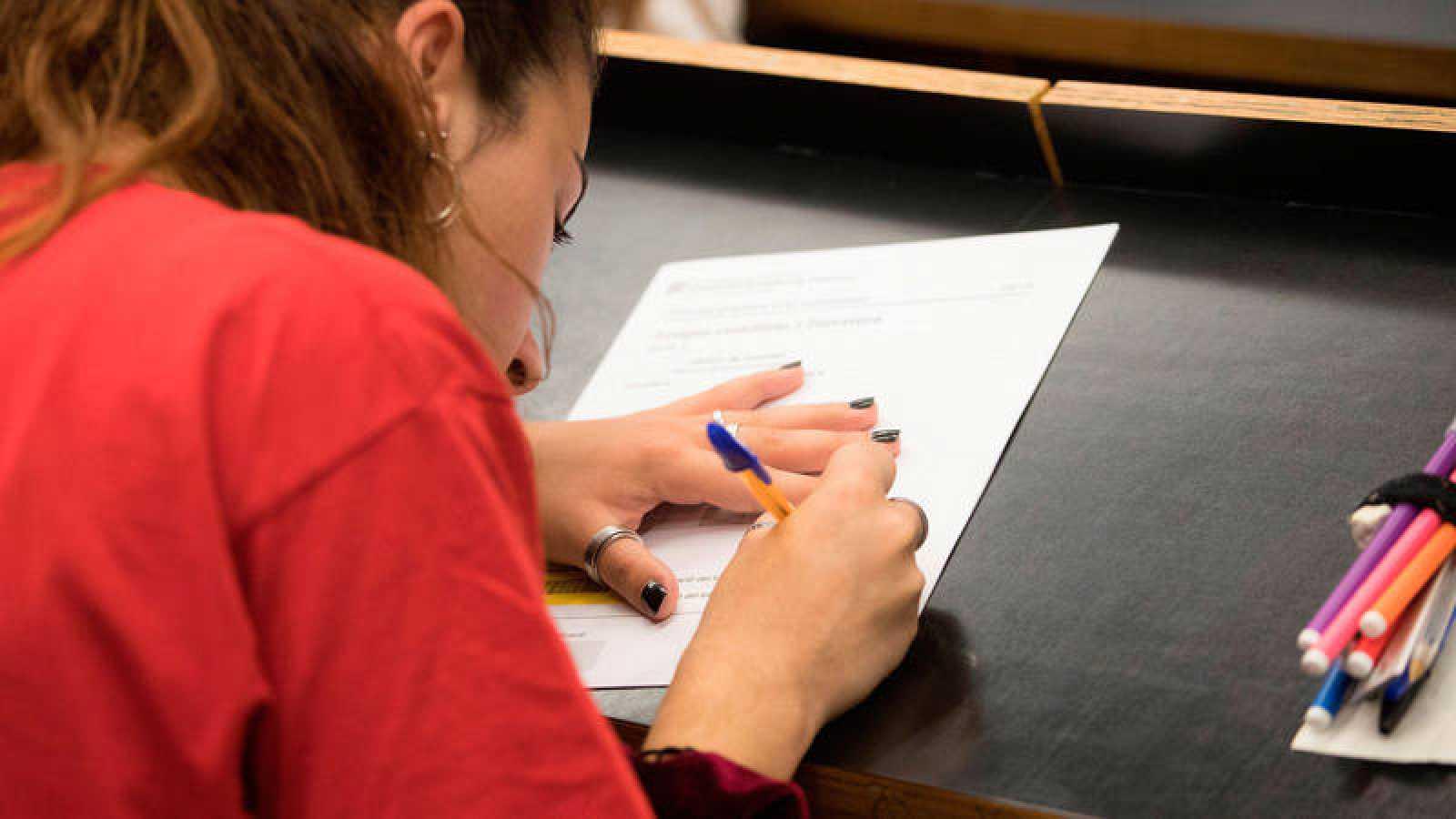Una estudiante se enfrenta a un examen de la selectividad en la Universitat Pompeu Fabra de Barcelona