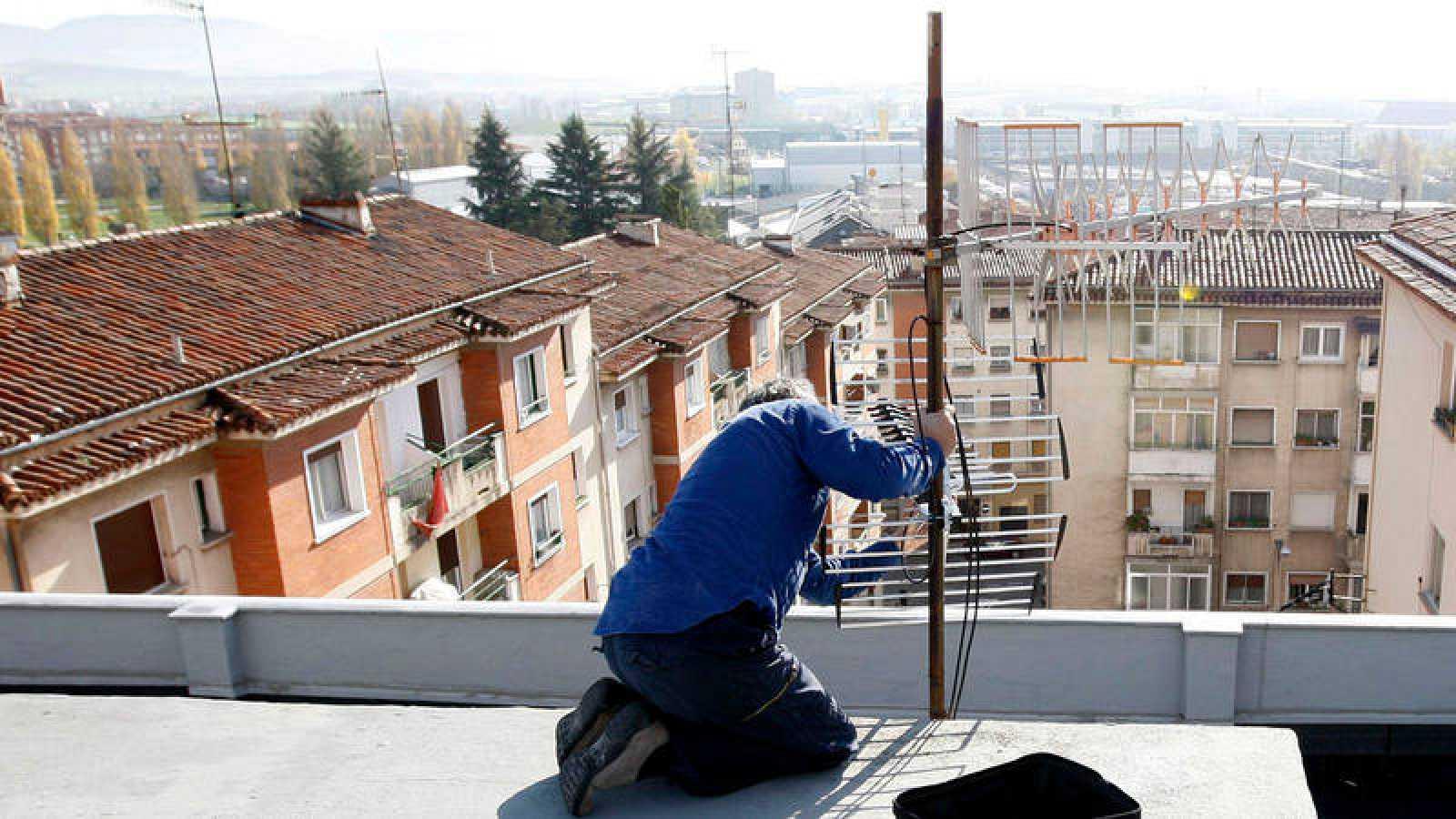 Un técnico en instalación de antenas ultima la orientación del receptor en una imagen de archivo