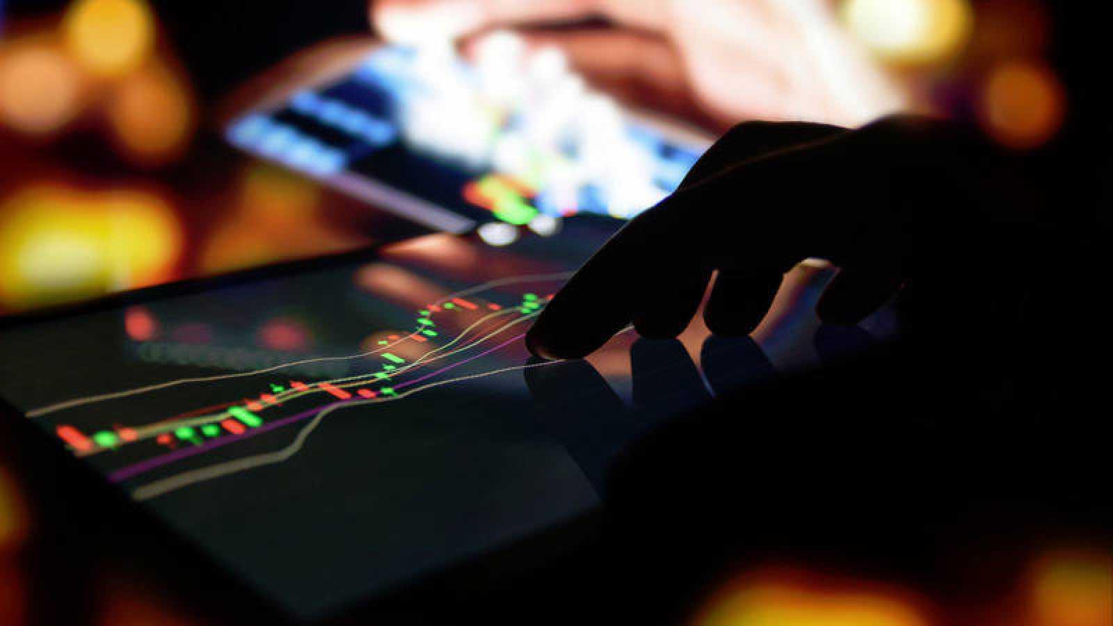 Por norma general, los programas maliciosos suelen instalarse en los dispositivos móviles cuando el usuario descarga alguna aplicación desde un mercado no oficial.
