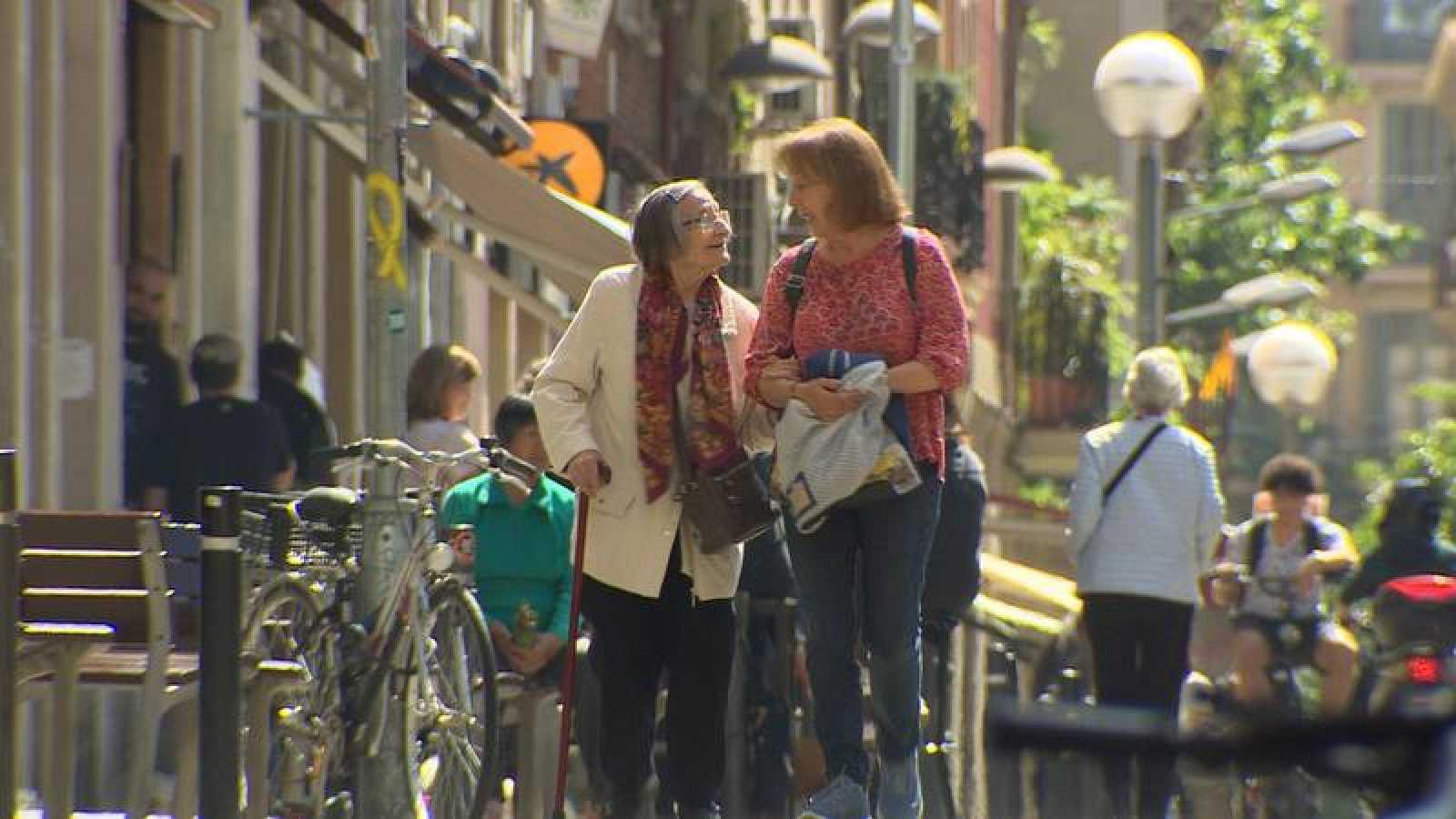 Dos mujeres pasean por Barcelona