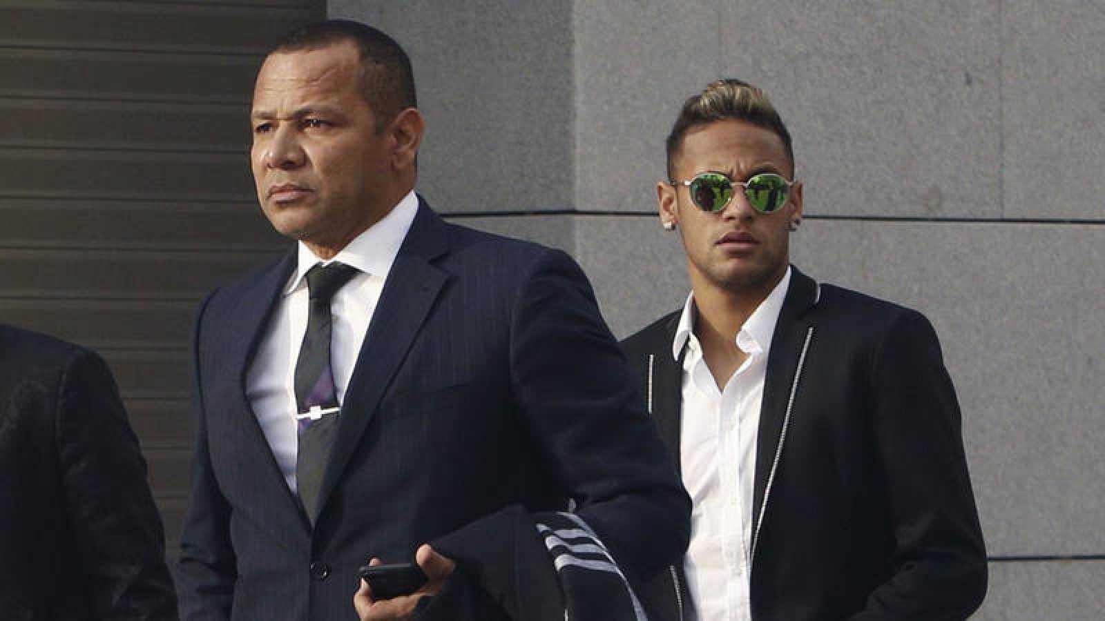 Neymar (derecha) y su padre, en una comparecencia ante la Audiencia Nacional.