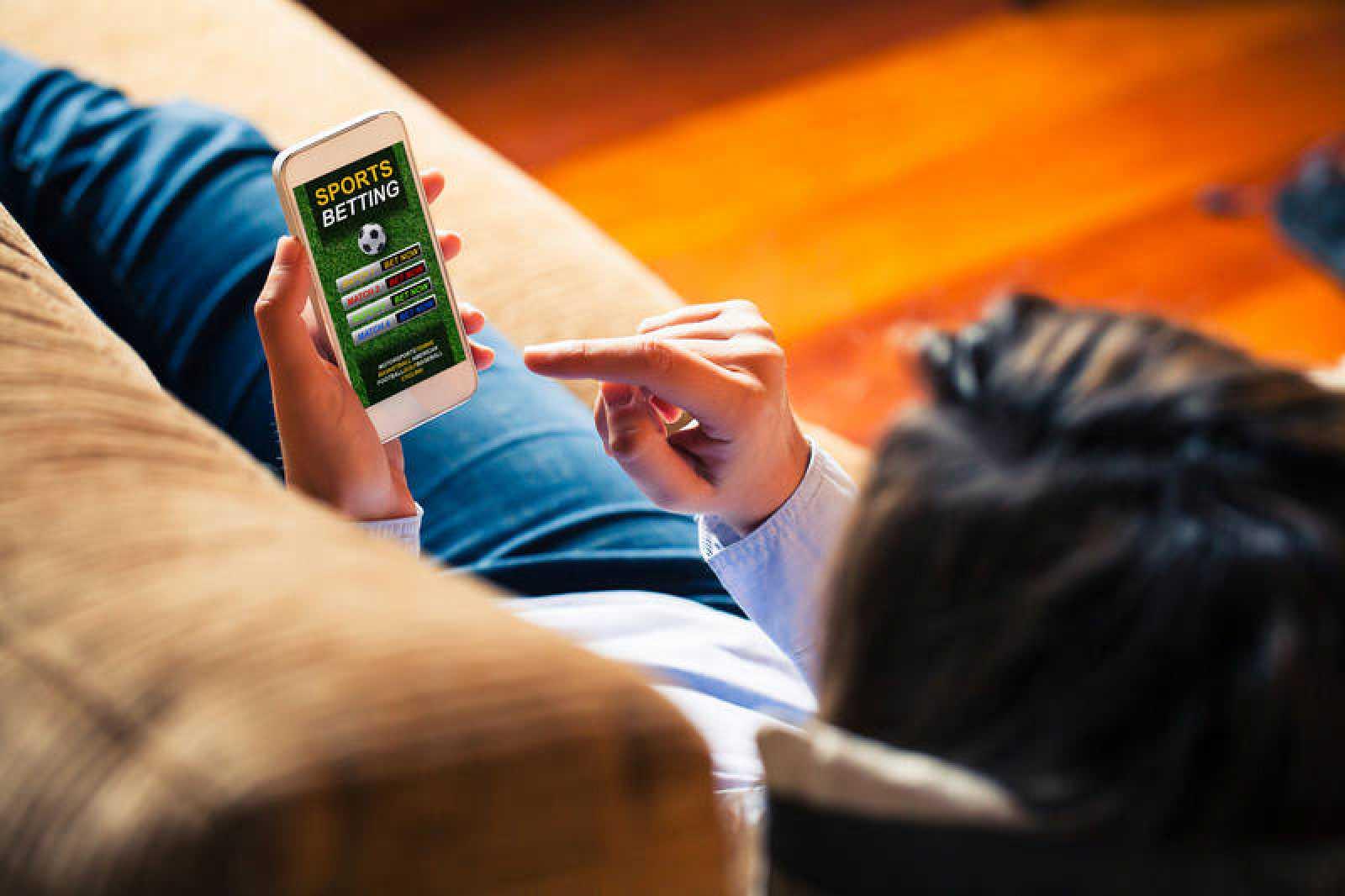Un joven utiliza su móvil para apostar en internet