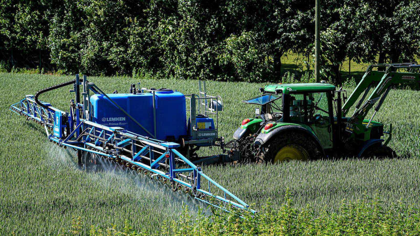 Un tractor fumiga un campo en Alemania